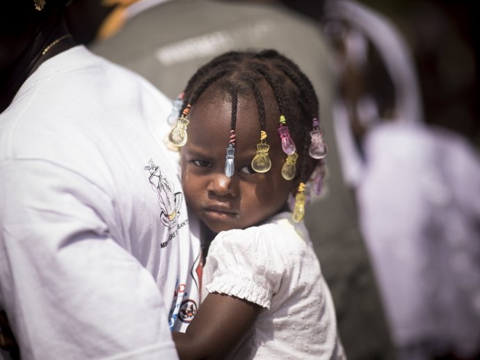 Photo: Little girl at the back of caregiver